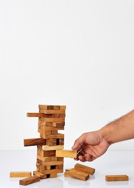 Empresario jugando con el juego de la madera. Foto Premium