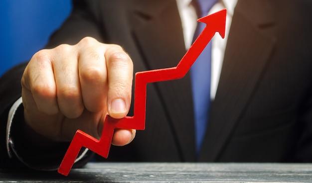 Empresario levanta la flecha. concepto de desarrollo exitoso de negocios y economía. Foto Premium