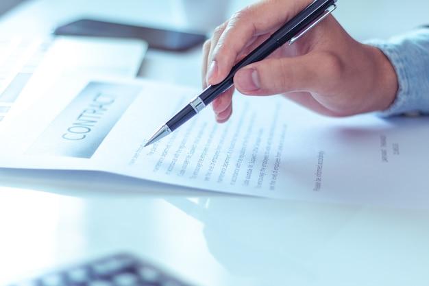 Empresario leyendo documentos en la oficina. Foto Premium