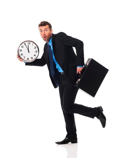 El empresario llega tarde a una reunión Foto gratis