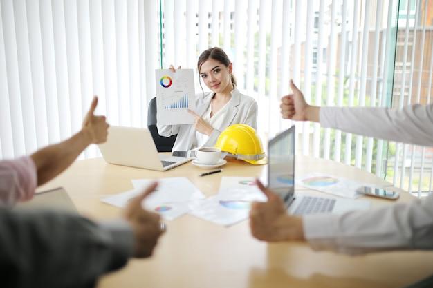 Empresario y mujer inteligente grupo de personas presentes explicando a colegas últimos datos financieros de ganancias Foto Premium