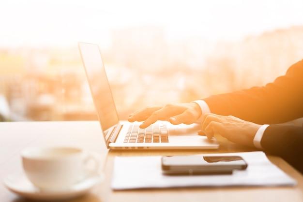 Empresario navegando por su computadora portátil en la oficina Foto Premium