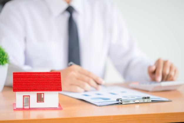 Empresario o abogado contador trabajando inversión financiera en oficina Foto gratis