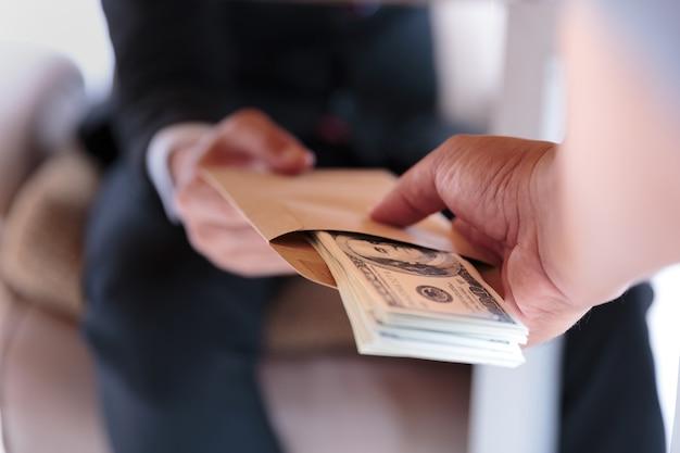 Empresario recibe dinero debajo de la mesa - conceptos antisoborno y  corrupción | Foto Premium