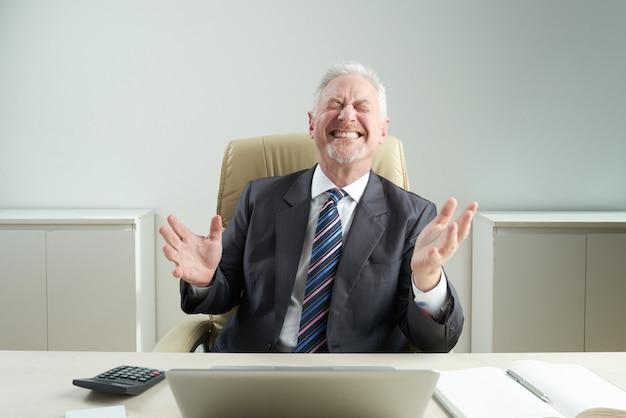 Empresario senior con sonrisa dentuda Foto gratis