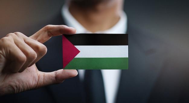 Empresario sosteniendo la bandera de palestina Foto Premium