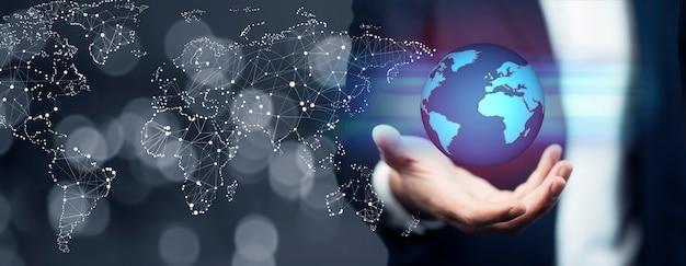 Empresario sosteniendo intercambios de datos y redes globales en todo el mundo Foto Premium