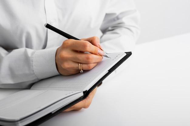 Empresario tomando notas en un cuaderno Foto gratis