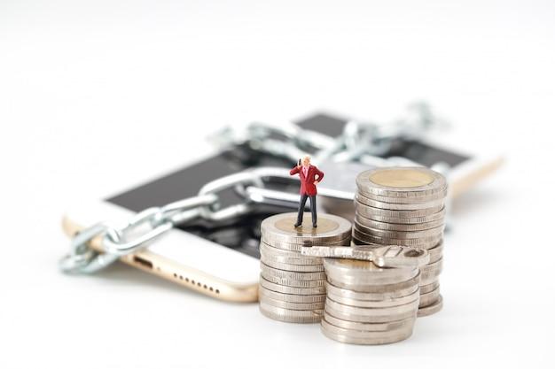 Empresario usando teléfono inteligente en monedas de apilamiento Foto Premium