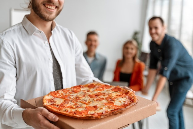Empresarios en el almuerzo comiendo pizza Foto Premium