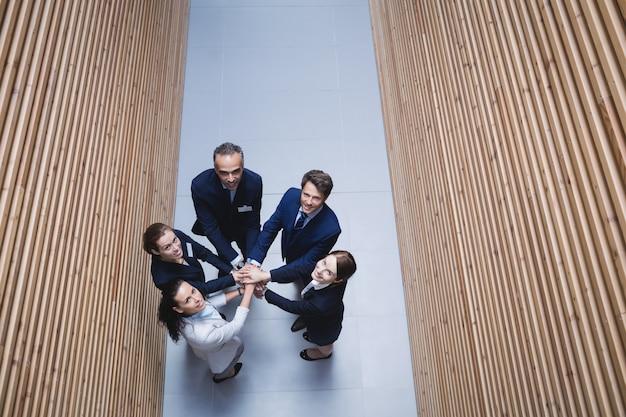 Empresarios apilando las manos juntas Foto gratis