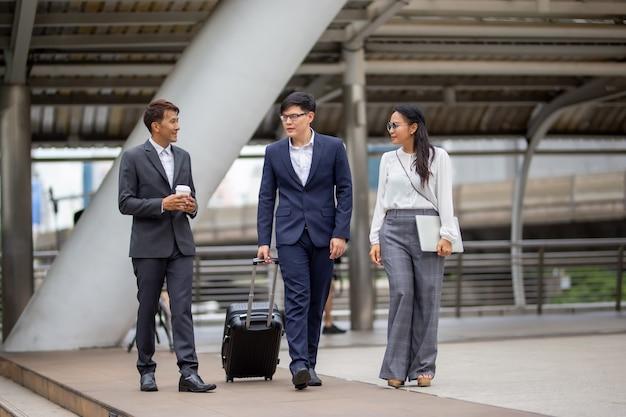 Empresarios caminando al aire libre Foto Premium