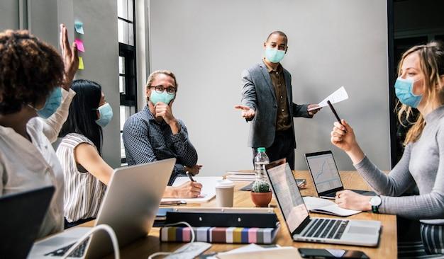 Empresarios con máscaras en reunión de coronavirus, la nueva normalidad Foto gratis