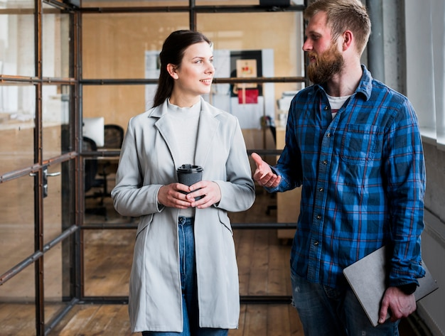 Empresarios profesionales discutiendo algo en el lugar de trabajo Foto gratis
