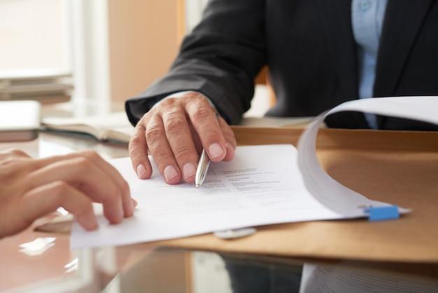 Empresarios que firman un contrato Foto gratis