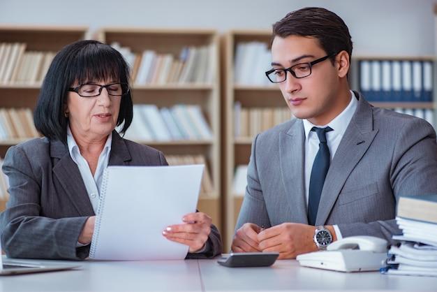Empresarios que tienen discusión de negocios en la oficina Foto Premium