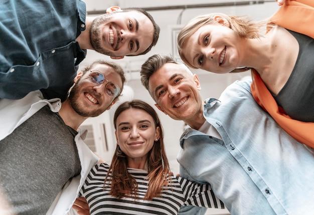 Empresarios reunidos en la oficina abrazándose Foto Premium