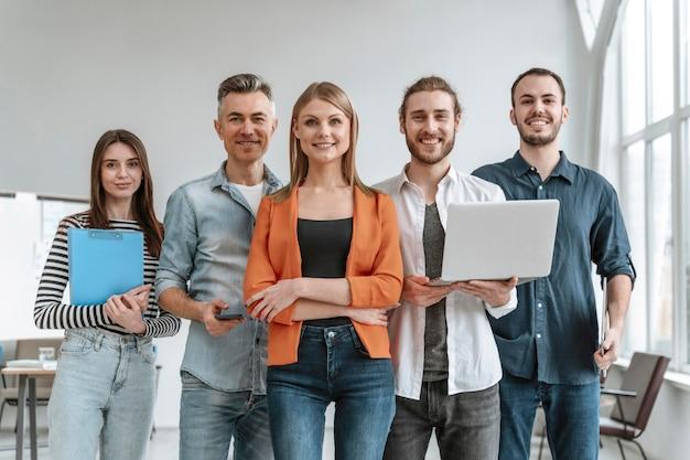 Empresarios en reunión de oficina Foto gratis