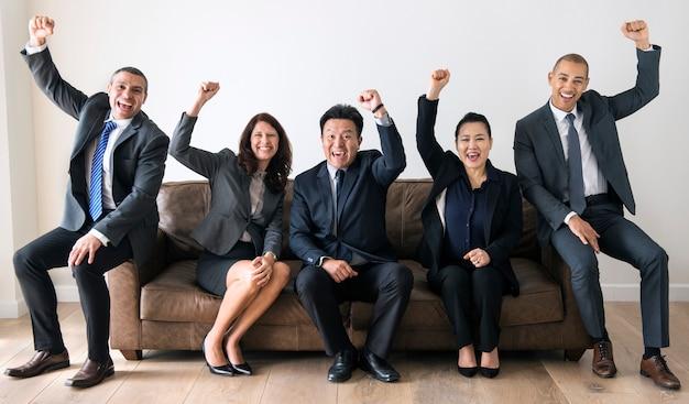 Empresarios sentados juntos en el sofá Foto Premium