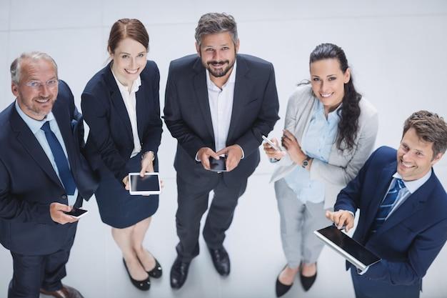 Empresarios mediante teléfono móvil y tableta digital Foto gratis