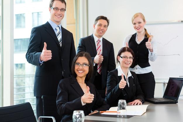 Empresarios tienen reunión de equipo en una oficina Foto Premium