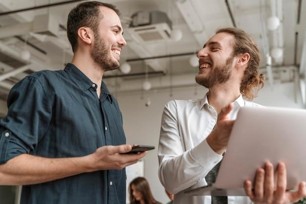 Empresarios trabajando juntos Foto gratis