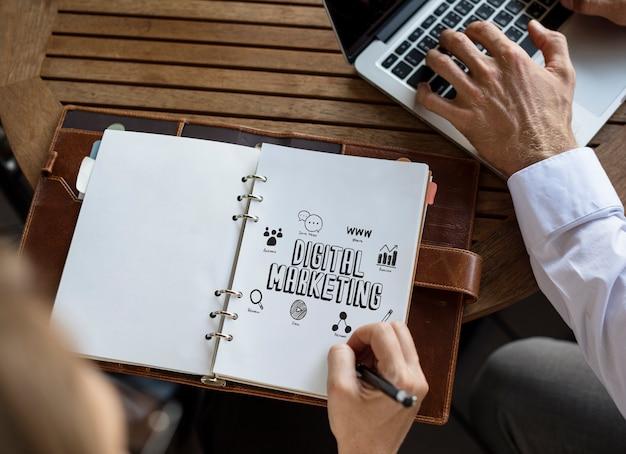 Empresarios trabajando en un plan de marketing digital. Foto Premium
