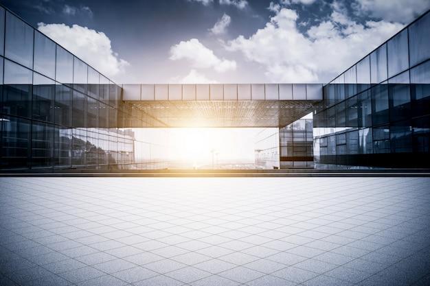 Empty floor con moderno edificio de oficinas comerciales Foto gratis
