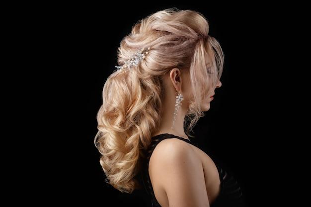 La encantadora dama tiene un bonito peinado Foto gratis