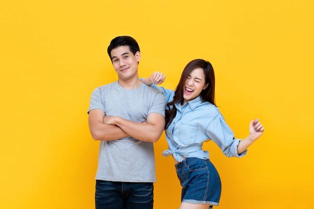Encantadora joven pareja asiática sonriente en ropa casual Foto Premium