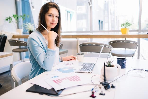 Encantadora mujer que trabaja en la oficina Foto gratis