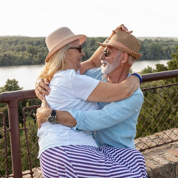 Encantadora pareja de ancianos abrazando tiro medio Foto gratis