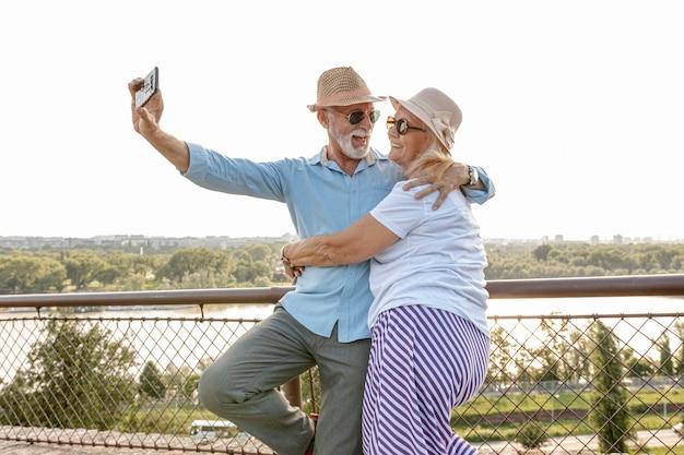 Encantadora pareja de ancianos tomando una selfie Foto Premium
