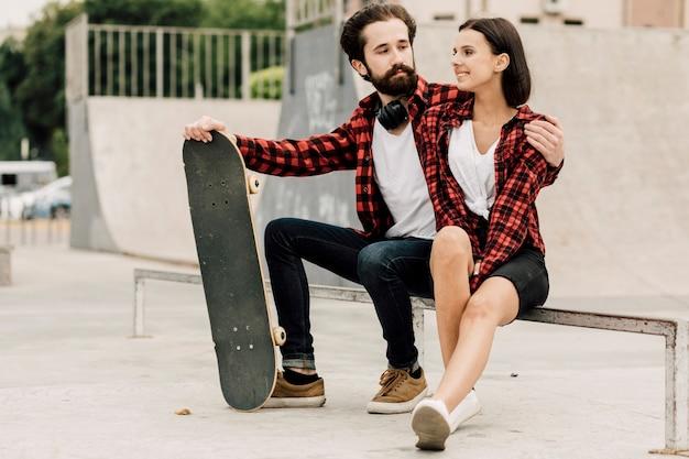 Encantadora pareja juntos en skate park Foto gratis