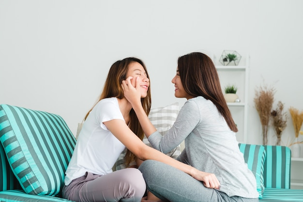 Encantadora pareja de lesbianas juntos concepto. pareja de mujeres jóvenes  acostado en el sofá con momento de felicidad. | Foto Premium