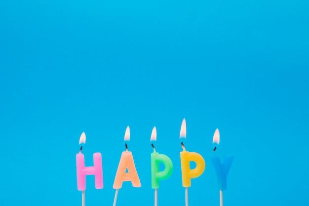 Enciende velas de colores para la fiesta de cumpleaños. Foto gratis