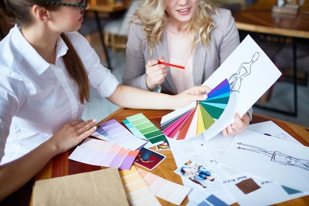 Encuentro de diseñadores de moda. Foto gratis