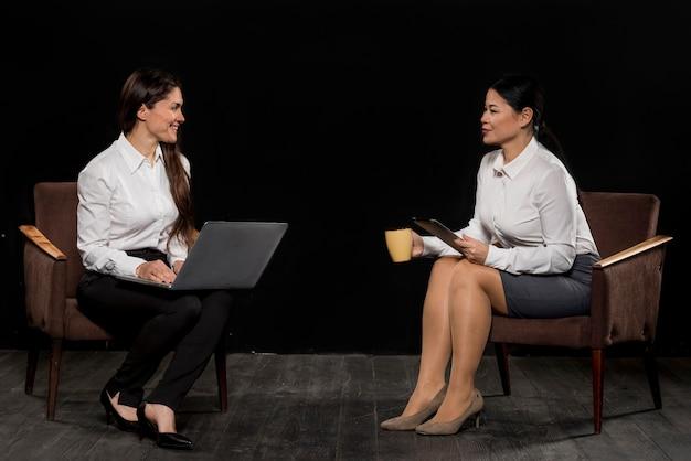 Encuentro de mujeres de alto ángulo Foto gratis