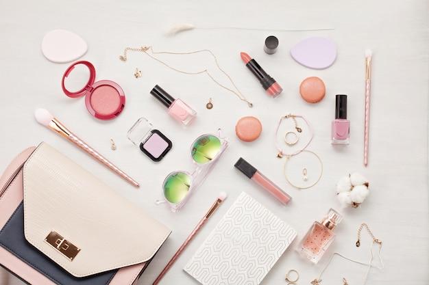 Endecha plana con accesorios de mujer. moda, tendencias y concepto de compra. Foto Premium
