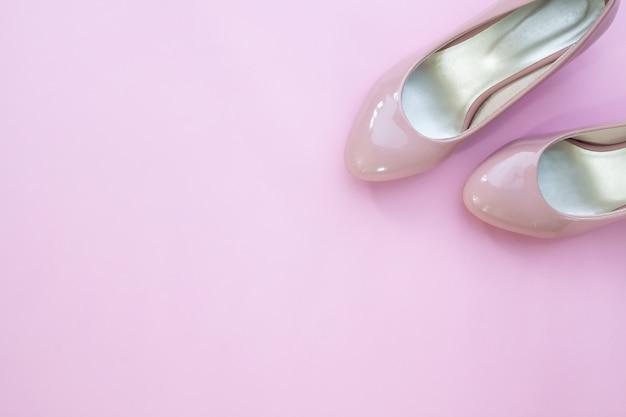 9aa16ac2887 Endecha plana creativa de zapatos de mujer de color rosa pálido ...