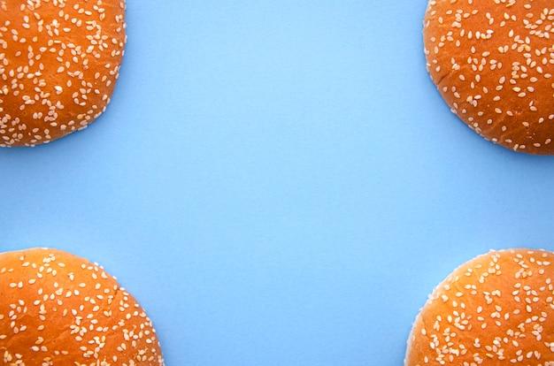 Endecha plana con hamburguesas y espacio de copia Foto gratis