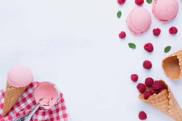 Endecha plana de helado de sabor a frambuesa Foto gratis