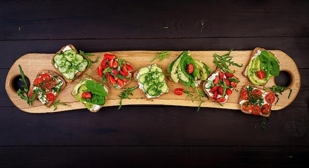 Endecha plana de mesa de cena vegetariana saludable Foto Premium
