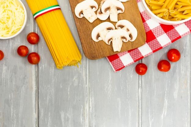 Endecha plana de pasta y champiñones Foto gratis