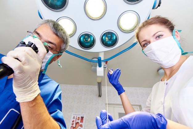 Endoscopia en el hospital. doctor sosteniendo el endoscopio antes de la gastroscopia. examen medico. Foto Premium