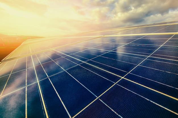 Energía alternativa para conservar la energía del mundo (paneles solares en el cielo). Foto Premium
