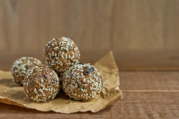 La energía orgánica saludable granola pica con nueces, cacao, sésamo y miel. refrigerio crudo vegano y vegetariano Foto Premium