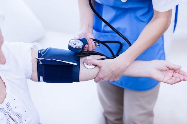 Enfermera cuidando enferma anciana en casa Foto Premium