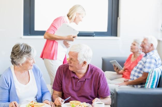 Enfermera hablando con personas mayores | Foto Premium