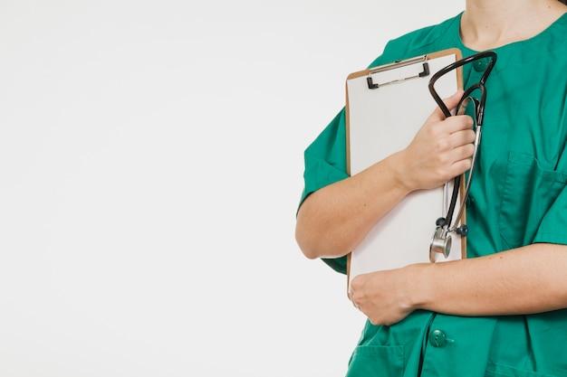 enfermera con lista de verificaci u00f3n